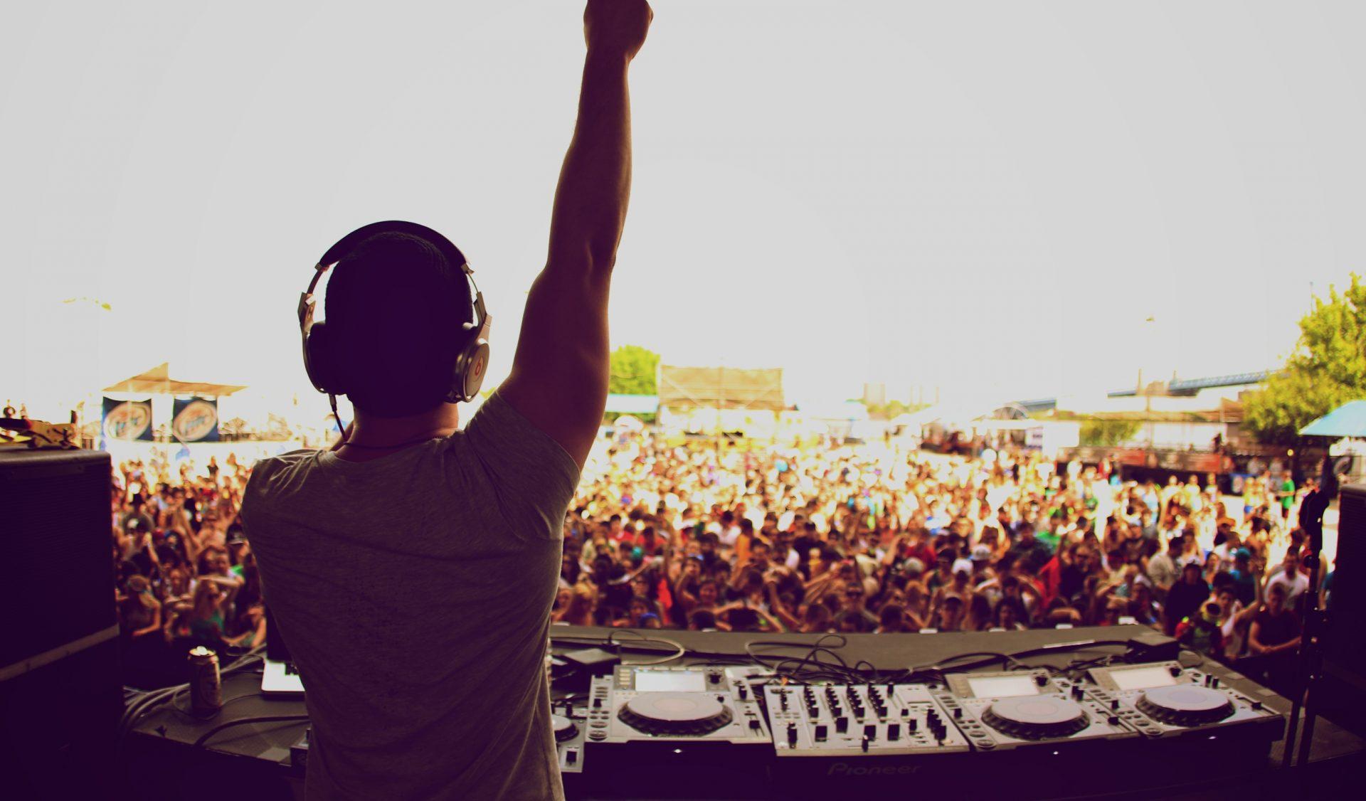 dj-at-festival